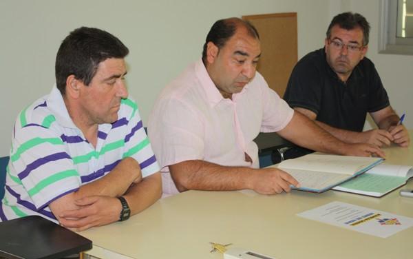 Angel Izquierdo durante la asamblea de ayer acompañado de miembros de su directiva...