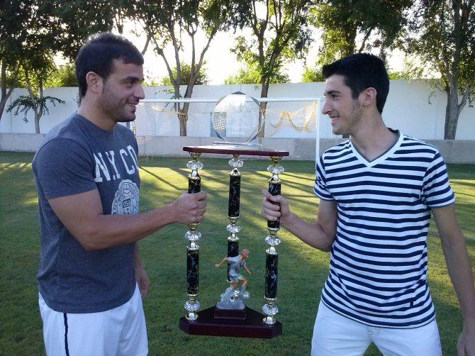 Sancho (izquierda) vs David Sevilla (derecha). Algo más que un partido...