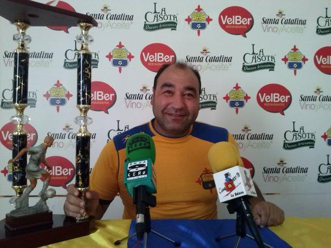 """Ángel Izquierdo junto al Trofeo """"Rosa del Azafrán en la nueva Sala de Prensa..."""