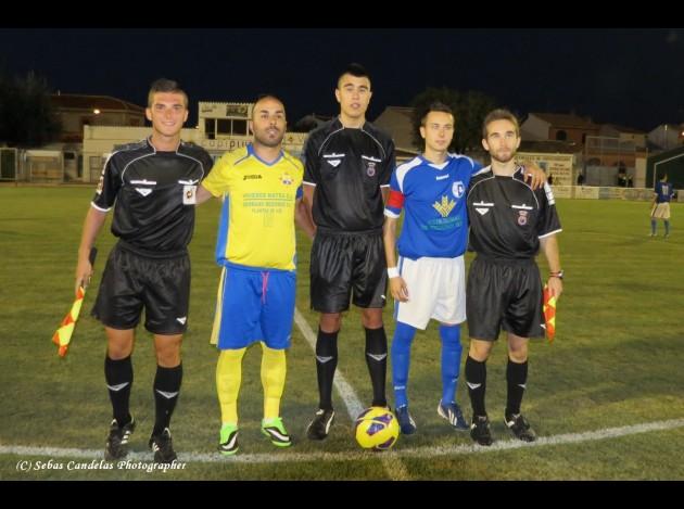 Capelo y Raúl Sevilla (Expulsado en el partido) junto al trío arbitral...