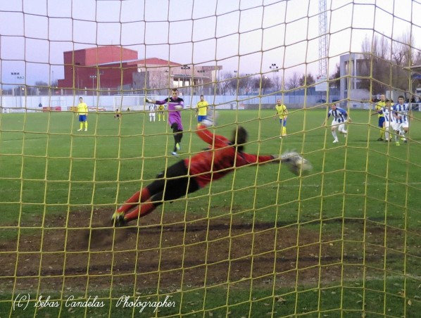 Toni Huertas ejecutando un penalti...