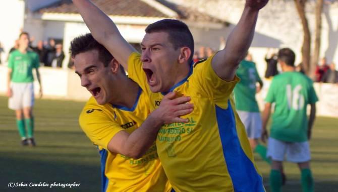 Juli con Tore celebrando el gol de la victoria...
