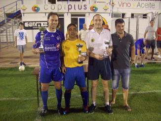 Los tres capitanes y concejal, en la entrega de premios.