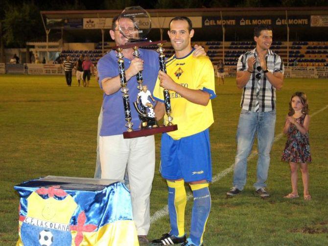 Jose López recibe el trofeo de campeón. Foto: Gaceta